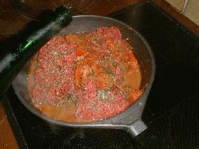 ajouter la viande hachée et laisser revenir<br><br /> puis ajouter les tomates coupées en dés, le vin blanc, le persil et le thym