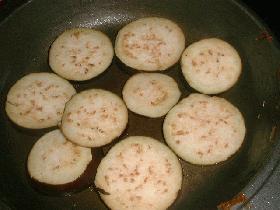 couper les aubergines en rondelles de 1 cm d'épaisseur et les faire revenir 1min de chaque c?té