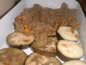 dans un plat à gratin huilé, disposer les aubergines puis recouvrir avec la préparation