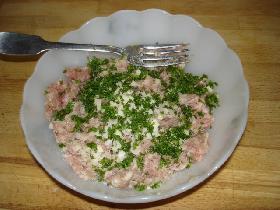 dans un saladier, assaisonner le hachis avec persil haché, échalote et  ail émincés, sel et poivre