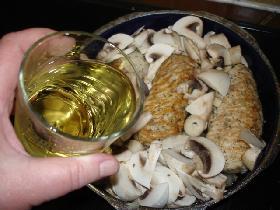 et les champignons .Verser le vin blanc et laisser mijoter 20mn environ <p>en fin de cuisson, vous pouvez épaissir la sauce avec une càs de sauceline