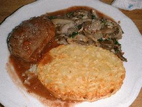 Dans une assiette chaude, présenter le pavé accompagné de champignons, d'une galette de pomme de terre et napper de sauce framboise