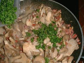 cuire les champignons dans le mélange pendant quelques minutes et ajouter le persil ciselé