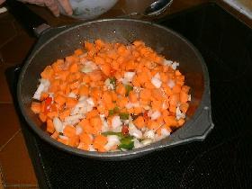 mélanger le tout, couvrir et laisser mijoter jusqu'à cuisson des légumes