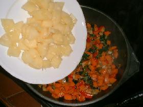 couper les tranches d'ananas en morceaux et les ajouter à la préparation