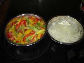 pendant ce temps, émincer les poivrons, les tomates  et les oignons