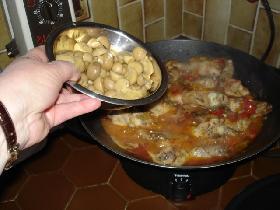 ajouter les champignons, le thym et rectifier l'assaisonnement. couvrir et laisser mijoter 1 heure environ ( selon grosseur du poulet )
