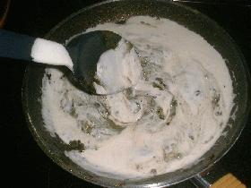 incorporer ensuite la crème, saler, poivrer et laisser mijoter quelques instants le temps de préparer les assiettes