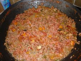 incorporer les viandes hachées mélangées ( boeuf et porc ) <p>couvrir et laisser mijoter à feu doux pendant 1 heure</p> <p>faire bouillir 4 à 5l d'eau additionnée d'une càs de sel  dans une grande cocotte et cuire les spaghetti environ 8mn