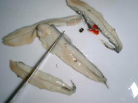 couper les anchois et ajouter à la préparation ( en conserver quelques uns pour la décoration )