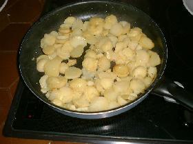 dans une grande poêle,mettre l'huile d'olive et faire rissoler oignons et pommes de terre pendant 10 mn