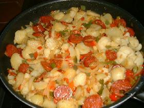 faire cuire à feu modéré pendant 10mn. battre les oeufs en omelette avec sel , poivre  et piment à volonté